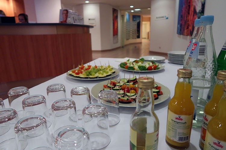 In den Pausen stellt die Kiel Medical Academy ein Buffet und kalte und heiße Getränke zur Verfügung - und ausreichend Freiraum für anregende Gespräche.
